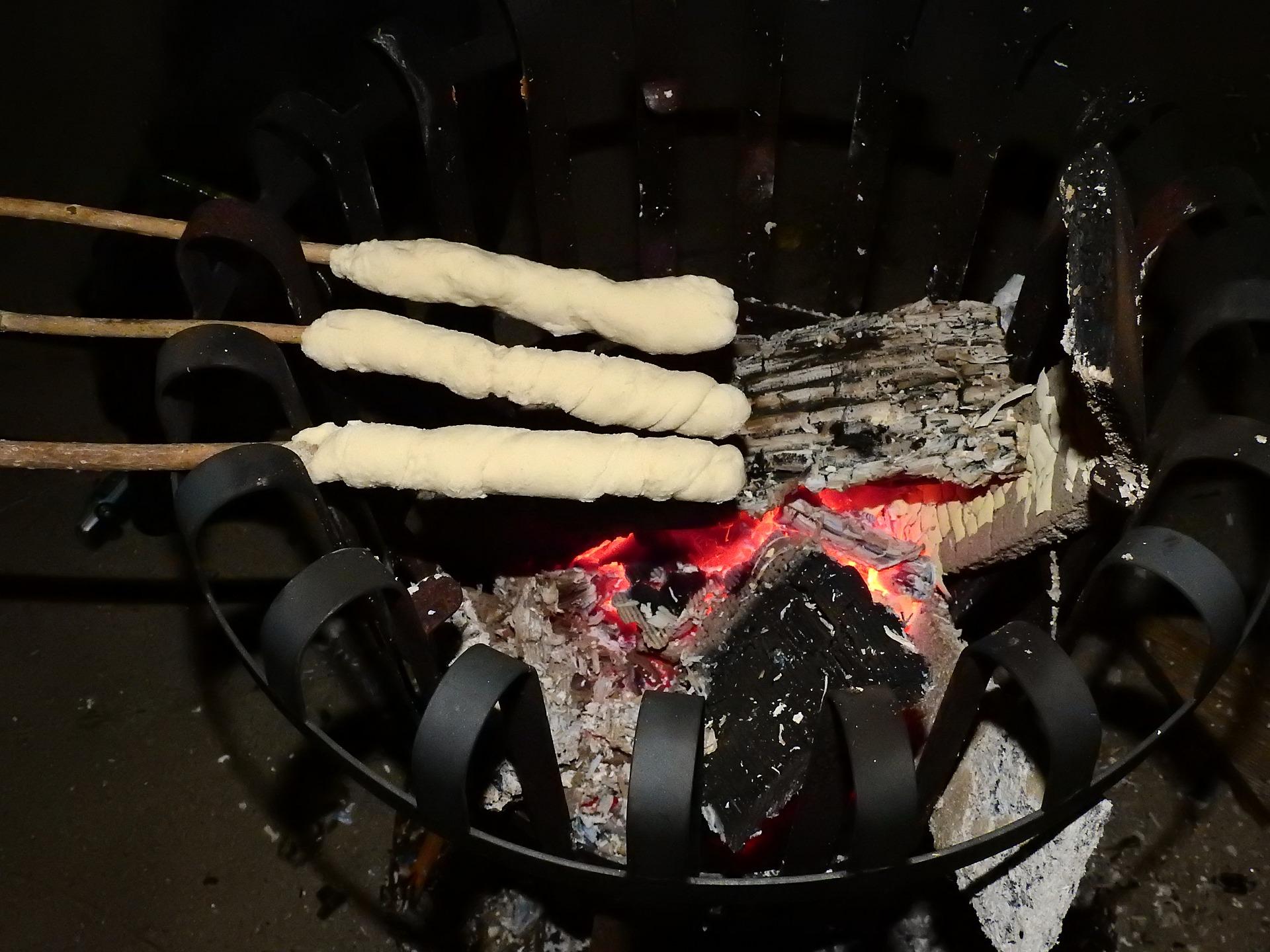 Pinnebrød på bål
